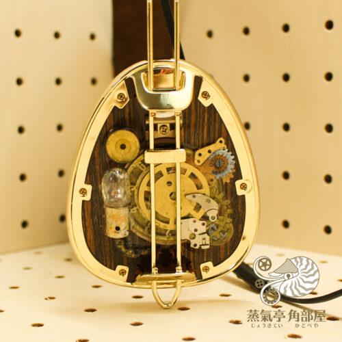 腕時計のパーツ・古い豆電球などのジャンクパーツを貼り付け